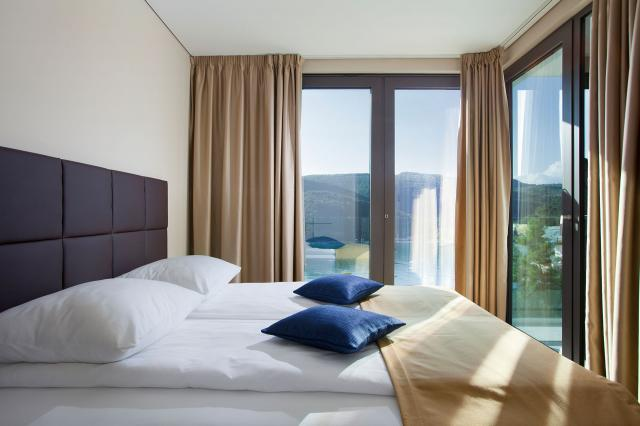 DELUXE SEA VIEW FLAT 4